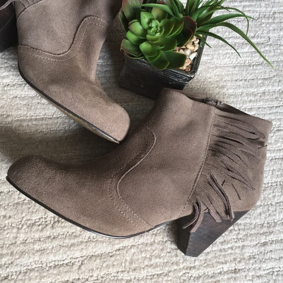 e6ffb135f302 NINE WEST Suede Beige Booties with Fringe Accent 8.  M 5b01e2b96bf5a68e8933ec7b